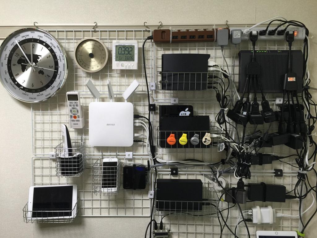 テレビ周りのケーブル整理と配線方法。壁掛けワイヤーネットと突っ張り棚で収納する。