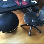 バランスボールをオフィス椅子にする。Technogym「ウェルネスボール アクティブシッティング」レビュー。