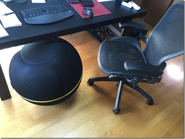 バランスボールをオフィスで仕事椅子にする。Technogym「ウェルネスボール アクティブシッティング」レビュー。